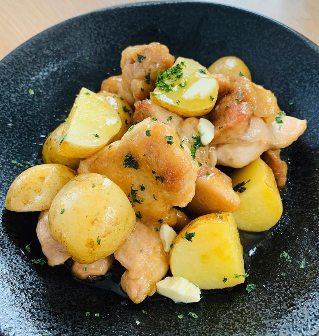(レシピ)鶏肉と新じゃがで作るバター風味の照り焼き
